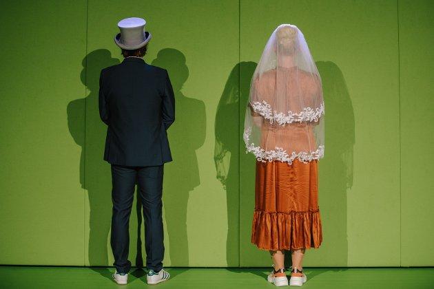 VIGSEL: Hordaland og Sogn og Fjordane har gifta seg. I teaterstykket «Vestland, Vestland» får vi bli kjent med det ferske ekteparet, personifisert av Claus Sellevoll og Sigrid Moldestad.