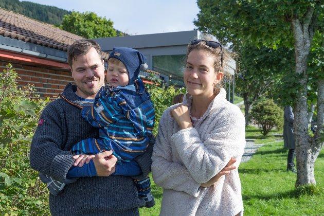 PÅ BESØK: Yngve Apneseth (33), Eik Hammergren Apneseth (1,5) og Mathilde Hammergren Stensli (31) tok turen. Dei besøkte foreldre, svigerforeldre og besteforeldre.