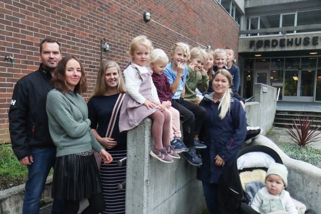 HEIL GJENG: Ole Rune Døskeland, Isabell Døskeland, Lindy Therese Kjelsnes, Oline Døskeland (4), Leonora Sunde (3), Adrian Olai Sunde (7), Theodor Sunde Andal (8), Ingrid Døskeland (9), Magnus Døskeland (7), Rakel Sunde og i vogna sit Mathias Sunde.