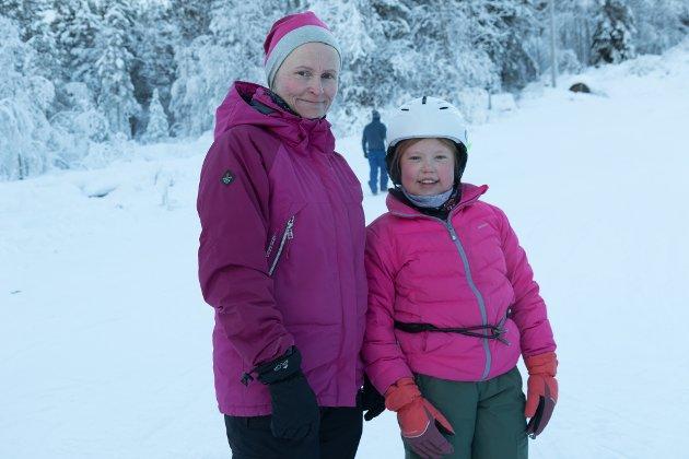 TANTE-TID: Marianne Haugen Hovland og tanteungen Alice Storhaug Klopstad var i slalåmbakken laurdag, noko dei begge treivst godt med.