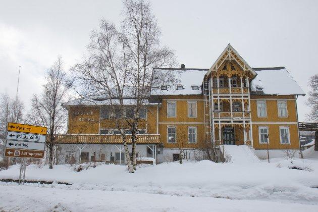 – Jonas Gahr Støre vil redde trappene i Høyanger, Erna Solberg kan hindre riving av Jølster hotell, skriv Firda-redaktør, Kai Aage Pedersen.