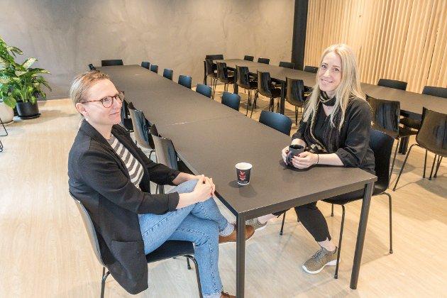 NYTT OG FLOTT: Kollegaene Sille Lukowski (t.v.) og Marit Erdal (t.h.) er svært nøgde med at Norec har fått nye lokale. Dei tek seg ein kaffi i den nye kantina, der det er god plass.