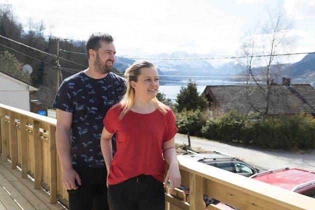 KJØPTE HUS: Ragnhild Vatne Kringlen og Daniel Kringlen har pussa opp eit gamalt 70-tals hus i Naustdal.