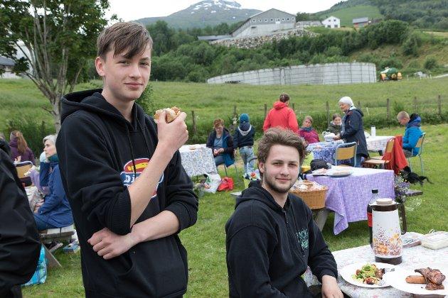 UNGDOM PÅ JONSOKFEST: Brørne Nikolai (15) og Daniel Dvergsdal (18) møtte opp til jonsokfest på grendahuset i Sanddalen.