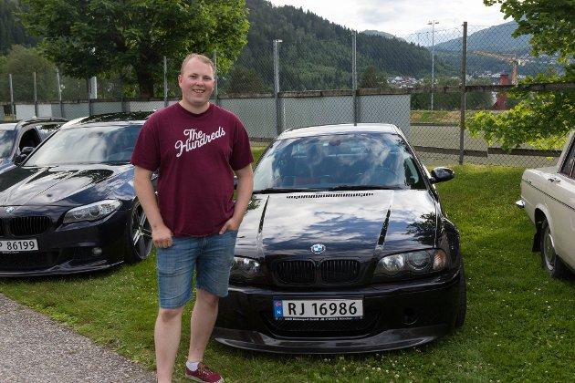 SAMHALD: Ole Kristian Hugøy (22) stilte ut bilen sin medan han var på kino. Han gler seg til fart og spenning i filmen. Det han likar aller best med Fast and Furious-serien er samhaldet i bilmiljøet. Han føler at samhaldet dei har i filmen og samhaldet dei har i Verftet Motorklubb liknar.