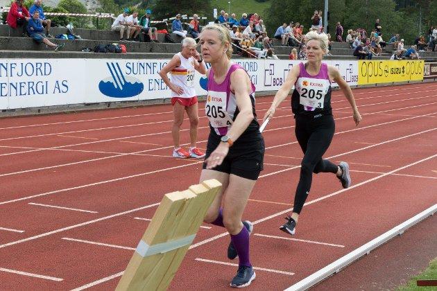 VEKSLING 3: Anne Cecilie Kapstad og June Pernille Johannesen vekslar i 1000 meter stafett.