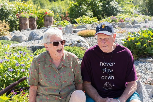 STORTRIVST: Jean og Graham Armichaw storkosar seg på sørsida av Jølstravatnet. Velkommen til hagen deira.
