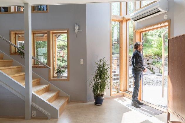 EIGEDOM: Huset til Randi Faugstad og sivilarkitekt Kjell Aage Udberg ligg få meter frå riksvegen i Halbrendslia. Dei har eit moderne tilbygg på det originale huset frå 1951.