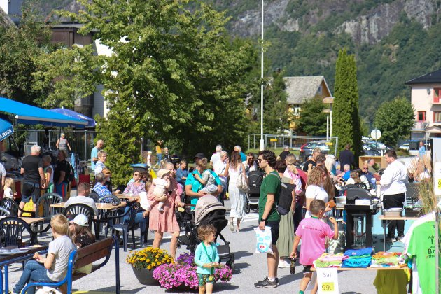 FOLKELIV: Endeleg var det litt folkeliv igjen. Hundrevis møtte opp til torg og gatefest i Dale.