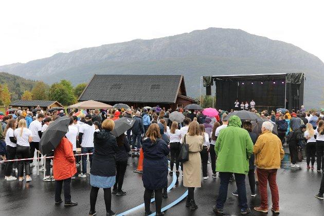 FOLKFEST: Både unge og vaksne ville få med seg den offisielle opninga av Dingemoen skule torsdag ettermiddag.