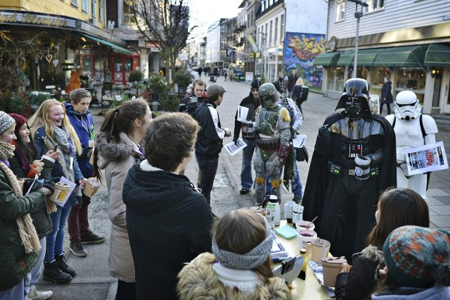 Tror ikke på ablegøyer: Darth Vader i gågata i Fredrikstad. Johannes Thue tror slike påfunn har liten betydning for sentrumshandelen. (Arkivfoto: Kent Inge Olsen)