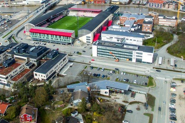 Nybygget som NAV skal leie, vil ligge på parkeringsplassen slik at det «fyller ut» firkanten der Helsehuset, stadion og Cowi nå utgjør tre av hjørnene.