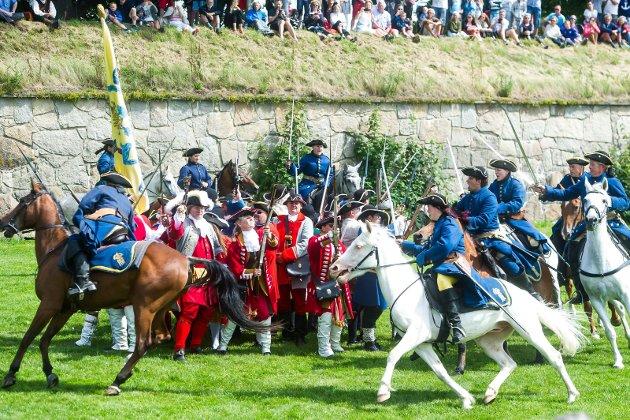 Fra sommerens forestilling på Isegran: Tordenskiolds kringvern kommer til god nytte når svenskene angriper til hest. Over 50 ivrige krigere var med og sloss.