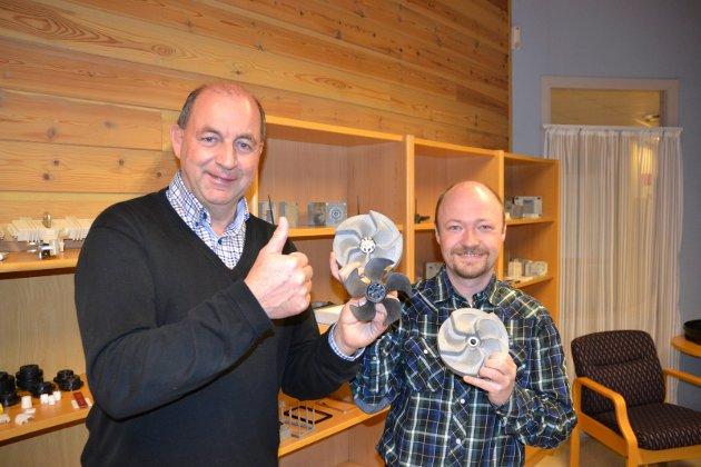 I front i teknologiutvikling:  OM BE Plasts administrerende direktør Bjørn Lie (til venstre) og utviklingssjef Knut Richard Kviserud med plastformer og propell for Sleipner. (Arkivfoto: Terje Antonsen)