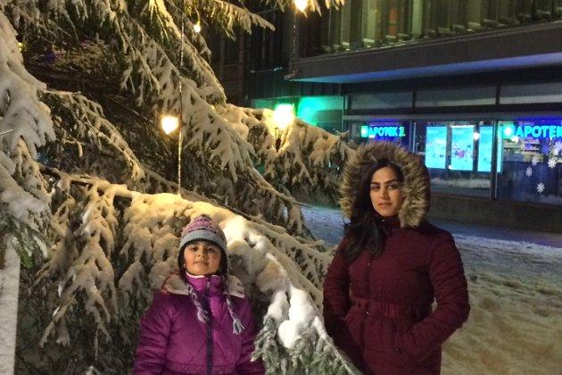 Ut i usikkerhet: Mamma Talar som jobber med å lære seg norsk, sammen med datteren Rozhina som øver til juleavslutningen sammen med koret sitt. Men de får verken oppleve konserten eller julen i Fredrikstad.