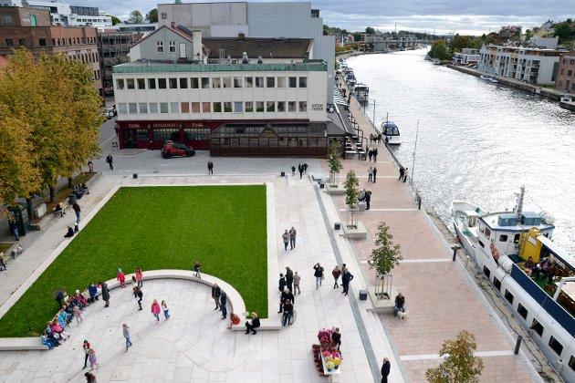 Jorun M. Stangnæs oppfordrer politikerne om å gi Blomstertorvet et oppsving. Det innebærer etter hennes mening at det ikke er plass til det godkjente nybygget i enden av parken.