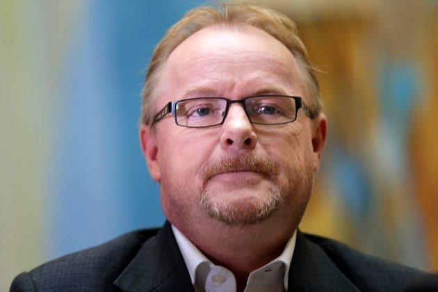 Per Sandberg (bildet) er kamelen Venstre og KrF svelger ved å støtte regjeringen, ifølge Odd Løkkevik. Kjell Bjørndal mener derimot at det er Løkkevik som har lært av Sandbergs debatteknikk.