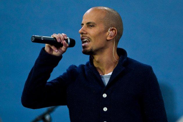 Karpe Diem, her ved Magdi Ytreeide Abdelmaguid, synger under minnekonserten på Rådhusplassen i Oslo ett år etter terrorangrepene i Regjeringskvartalet og på Utøya 22. juli 2011.