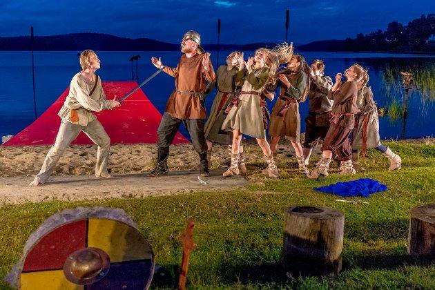 «Olav den Heldige og lykkesverdet» fremført i Landeparken som del av årets store jubileum i Sarpsborg. Lars August Jørgensen (til venstre) som Olav.