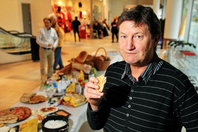 Se hva vi kaster av mat! Professor Ole-Jørgen Hanssen ved Østfoldforskning under en demonstrasjon av hva vi kaster ifølge undersøkelse av husstander i Fredrikstad og Hallingdal i 2011. Resultatet var den gang at vi kaster 51,1 kilo mat hver i året.