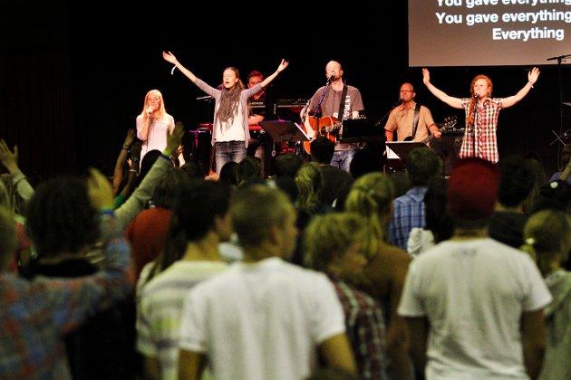 Himmelhøy stemning under Oase i Kongstenhallen 2010. «My chains fell off, my heart was free!» jublet ungdommene til de heftige rytmene under dette arrangementet.