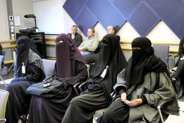 Forbud i videregående skoler i Østfold: Fire kvinner i niqab fulgte debatten i fylkestinget da forbudet ble vedtatt i september 2012.