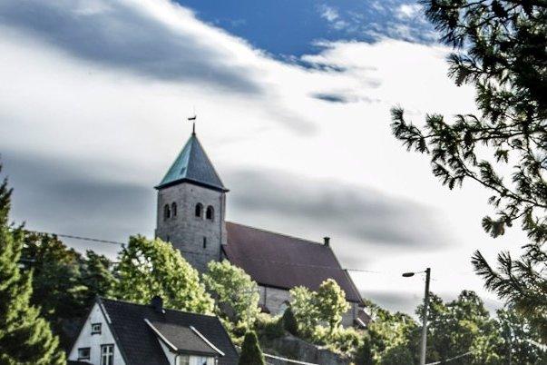 Forstyrrende kabler ved Kråkerøy kirke var utgangspunkt for FB-artikkelen som er utgangspunkt for dette innlegget fra Kråkerøy Lokalsamfunnsutvalg.