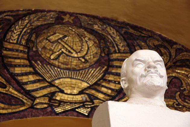 Lenin«overvåker» Komsomolskaya metrostasjon i Moskva 100 år etter at han ledet bolsjevikene under revolusjonen og senere grunnla Sovjetunionen.