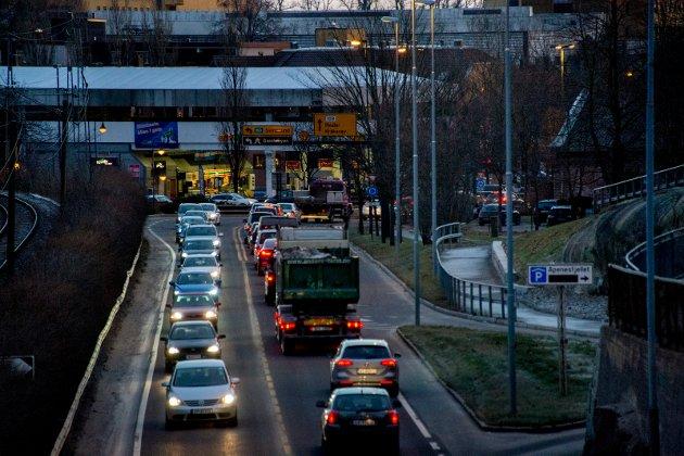 Kommunen følger med: Tellinger viser at ca. 80 prosent av bilene i Fredrikstad kjører med piggfrie dekk. I Oslo, som har piggdekkavgift, er andelen 88 prosent. Neste høst legger kommunen frem nye forslag til tiltak for bedre luftkvalitet.