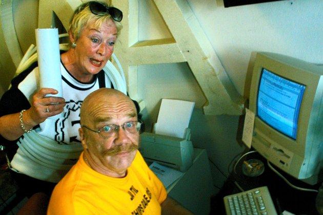 Vivi Haug og Ragnar «Joker» Pedersen i arbeid med julefarsen «Kjepper i jula». – Fred og fryd over deres minne, skriver Bengt Børresen.