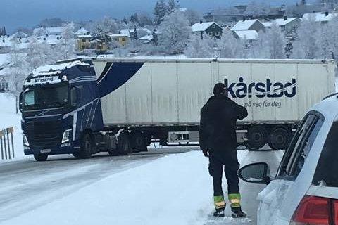 Ved påkjøringen til 109-veien i Torsbekkdalen sperret dette vogntoget veien.