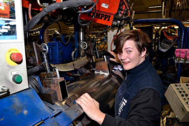 Eksempel på ledende bedrift i det stolte industrifylket: Annette Hansen styrer en av de avanserte sveisemaskinene hos Høiax. Bilde fra reportasje i 2012.