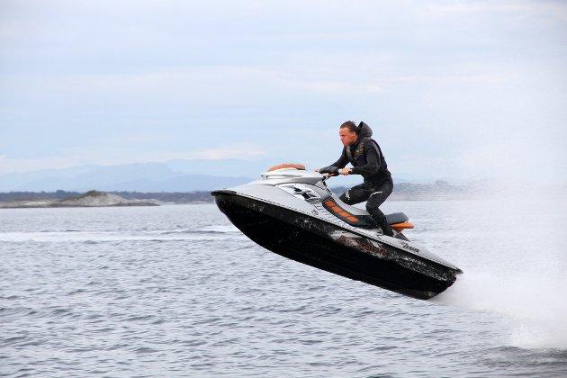 Ikke riktig: Det er ikke riktig at noen skal leke seg med vannscootere samtidig som de ødelegger det tradisjonelle friluftslivet på sjøen for veldig mange. Den svært høye farten gir også en langt større risiko for alvorlige ulykker, skriver Mona Vauger i dette innlegget.