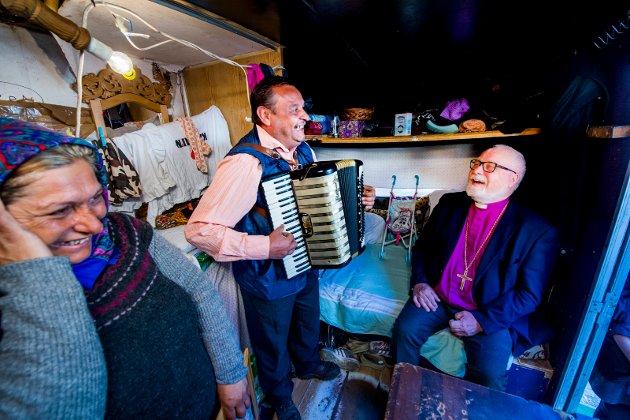 Romfolket og biskopen. Atle Sommerfeldt på besøk i romleiren i Kiæråsen. Stan Constanta og Raducan Costica