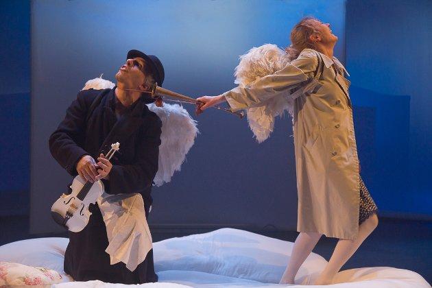 «Scenekunst-engler» i fare: Jannicke Stensnes og Paolo Martini forteller her at den frie teatergruppen Studium Actoris risikerer å miste sin plass på statsbudsjettet. Bilde fra forestillingen «Lost Angels».