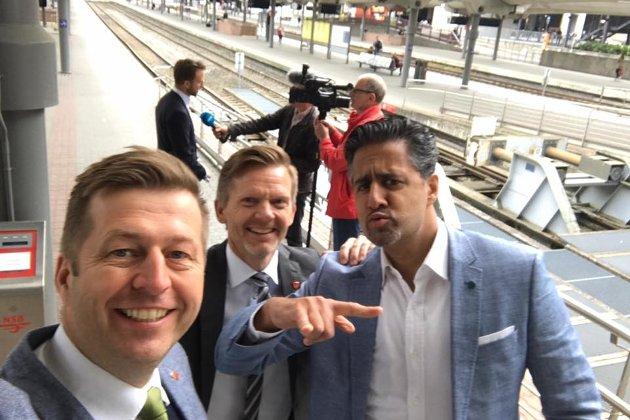 Abid Raja (til høyre) gjør Fredrikstad enda mer attraktiv. Finn-Erik Blakstad og Tage Pettersen til venstre på bildet.