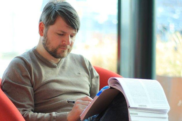 Yngve Laukslett, tidligere leder i Andøy Høyre, mener de to sentrale Høyre-politikerne Hårek Elvenes og Tage Pettersen ikke forstår hvilken utfordring Forsvaret står overfor i Nord-Norge.