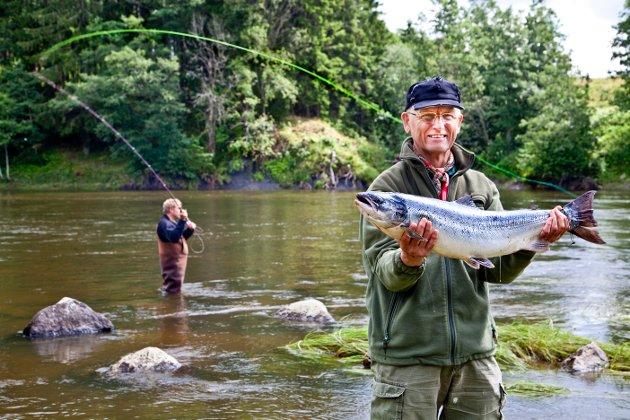 Vakkert minne: Kjell Kristiansen  fra Moss, dro denne laksen på 5,2 kilo i Aagaardselva i juli 2011. I kronikken frykter David Tehrani at det snart er bare minnene igjen av hele laksefisket i Aagaardselva og Glomma.