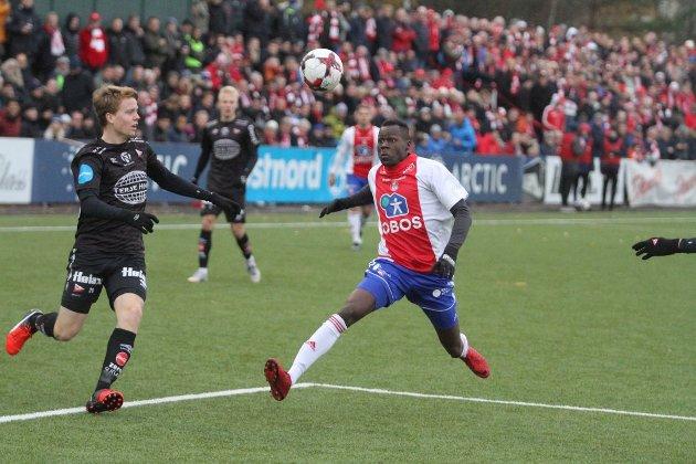 KFUMs Moses Mawa skapte store problemer for Fredrikstad i de to kvalifiseringskampene for OBOS-spill. Det er en slik spisstype FBs fotballblogger mener FFK nå må få på plass foran 2019-sesongen.