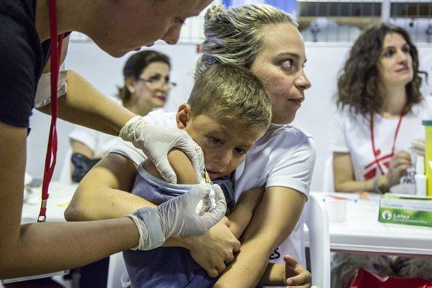 Et barn som blir vaksinert mot lungebetennelse. – En tredel av landene i verden har ikke råd til den livsviktige lungebetennelsevaksinen, skriver Amalie Haraldsen Steen.