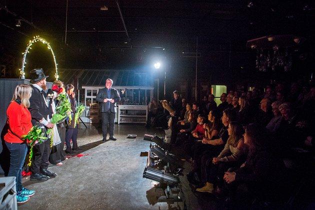 «Populære rallarer»: Tormod Gangfløt takker etter premieren på Hurrahølet, en humoristisk produksjon om rallarkulturen. Gangfløt er svært godt fornøyd med anmeldelser i pressen og at forestillingen går for utsolgte scener i hele Østfold.