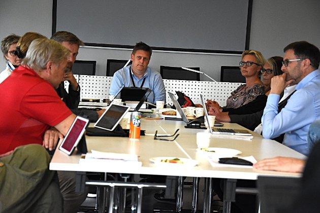 Ordfører René Rafshol (på enden av bordet) fikk til slutt resten av formannskapet med seg på å få en ny juridisk vurdering av dommen i bryggesaken i Råde. Foto: Sigurd Øfsti