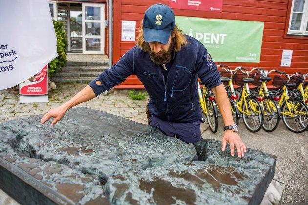 Hvalerrenna: Utenfor besøkssenteret på Skjærhalden står denne modellen av nasjonalparken og Hvalerrenna.