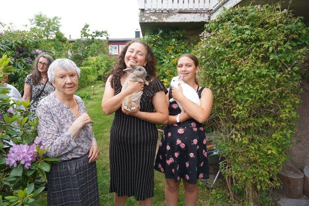 Svigermor Magna fyller 84 år i dag, og Maria blir 46. De har bursdag på samme dag og bestemte seg for å feire lørdag kveld. Marias datter, Sofia, viser mer enn gjerne FB familiens kaniner.
