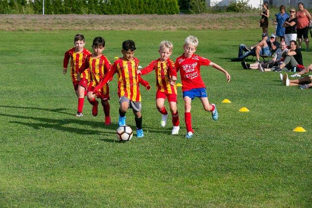 ALENE: Denne unge Begby-spilleren (til høyre) hadde en hale med Rolvsøy-spillere etter seg.