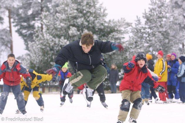Ungdommer går på skøyter på skøytebanen ved Råde rådhus: Steffen Mathias K. Hissingby demonstrerer kunstene sine.  Foto: Fredrik Solstad, 20.01.2001