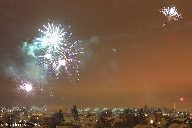 Nyttårsraketter lyser opp himmelen nyttårsaften.  Fotograf: Nils Harald Ånstad Tatt dato: 31.12.2000