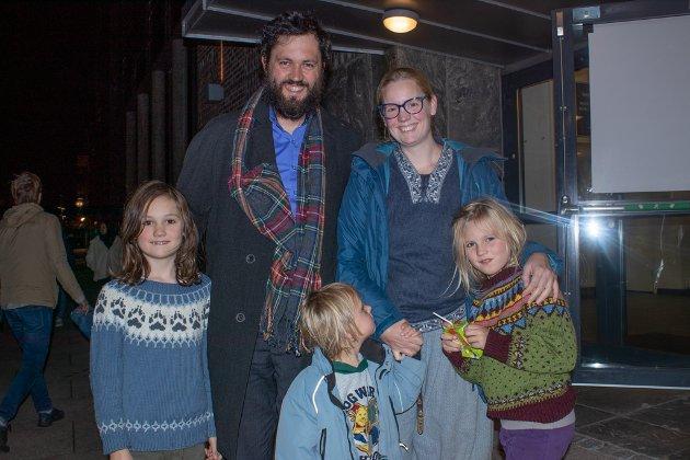 Alv Bræstrup Morlandstø (8), Daniel Morlandstø, Lavrans Bræstrup Morlandstø (4), Carita Bræstrup Løsnes Morlandstø og Elida Bræstrup Morlandstø (7).