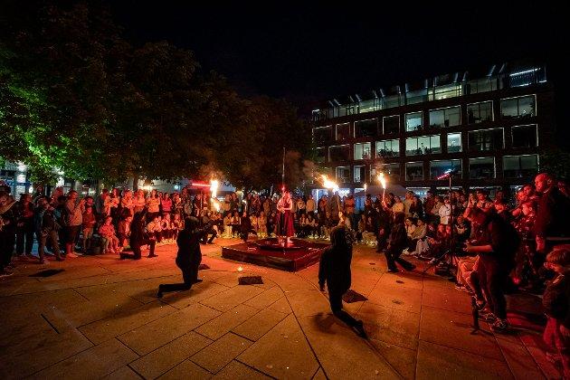 BLOMSTERTORVET: Mange hadde gledet seg til dette innslaget – flammeshow på Blomstertorvet utenfor Litteraturhuset.