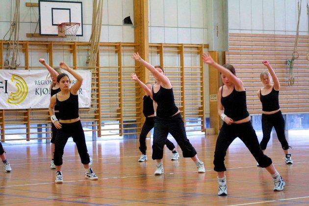 ANDENES: Turnere deltok på KM på Andenes. De reiste med vel 70 deltakere. Dette er noen av danserne i freestyle dansepartiet i 2003. Privat foto